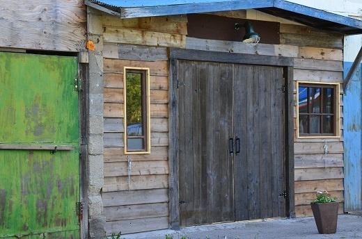 THE倉庫の持ち主、「手しごと屋庵」の今井さん力作の扉。重厚で趣がありますねぇ。